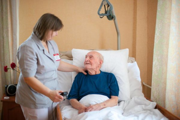 Как ухаживать за пожилым человеком после операции