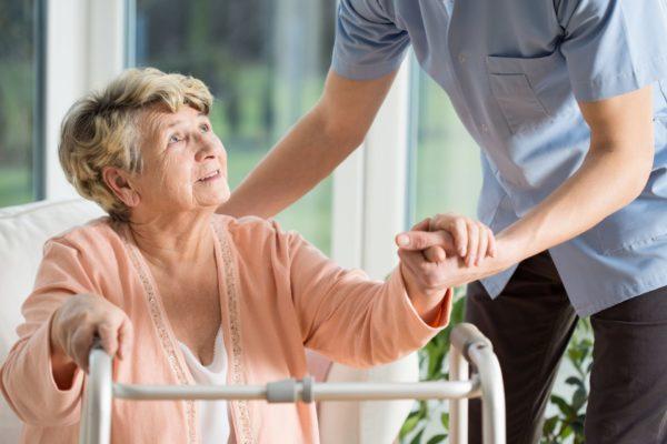 Уход за пожилыми людьми: варианты и особенности