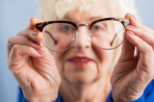 Проблемы со зрением у пожилых людей: как помочь