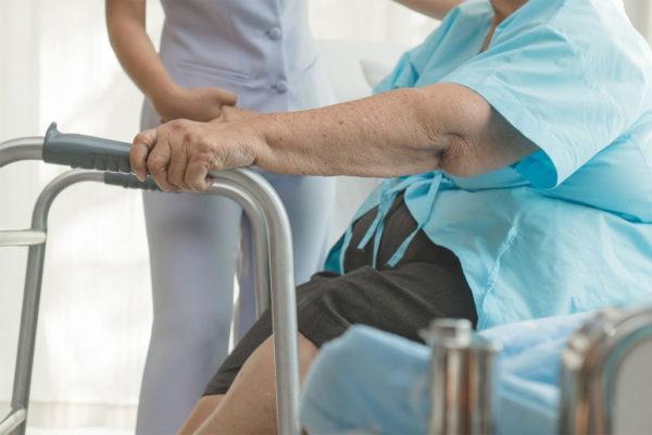 Как ухаживать в домашних условиях за пожилым человеком с переломом шейки бедра?